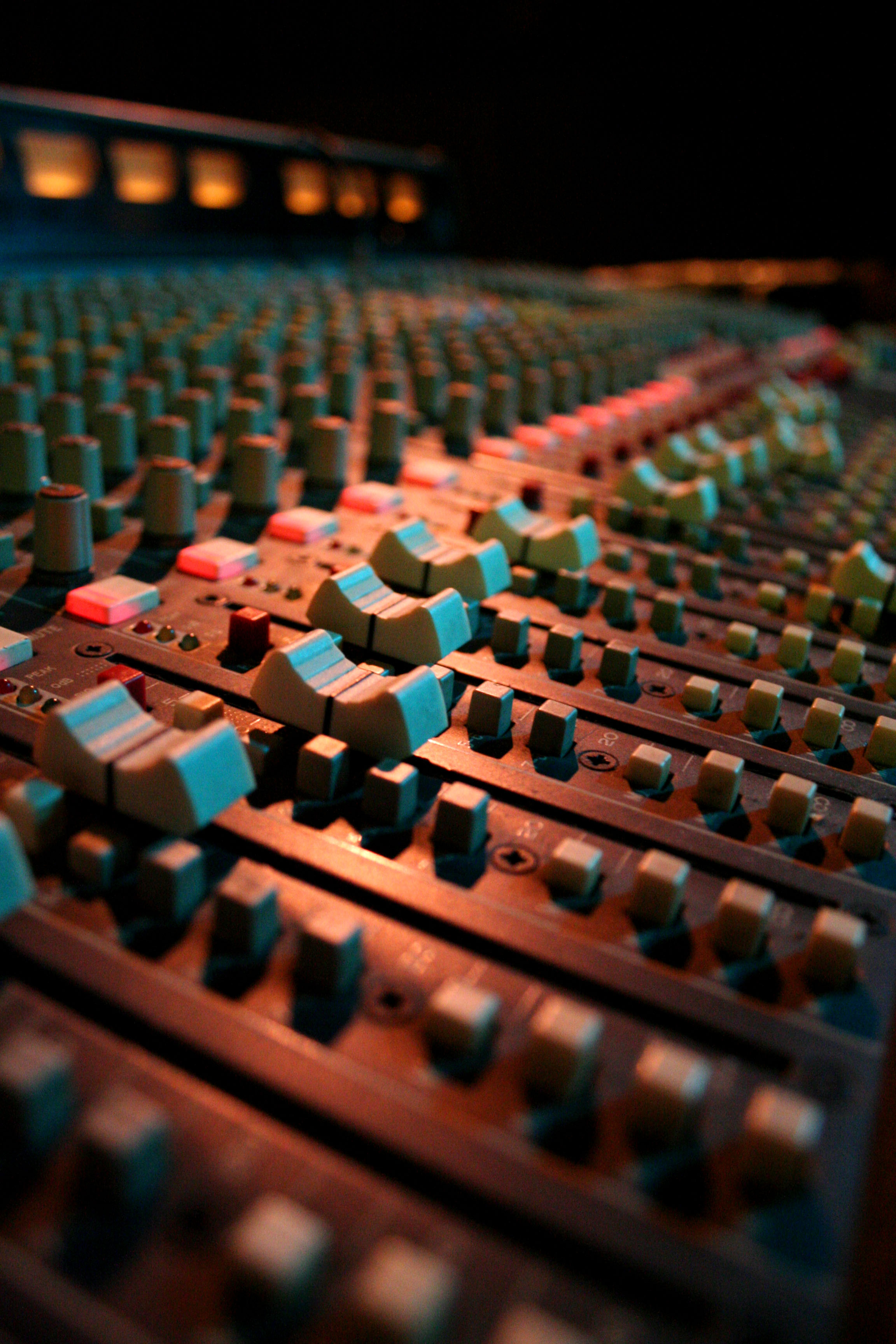 Faders on a mixing board. Foto: Biggerbyfar~commonswiki(Creative Commons Attribution-Share Alike 2.5 Generic)